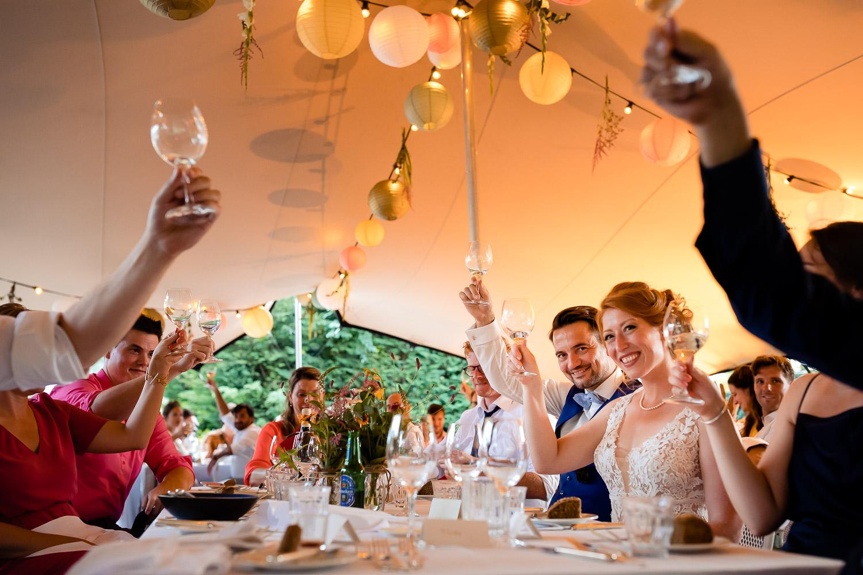 Bruidspaar en gasten proosten samen