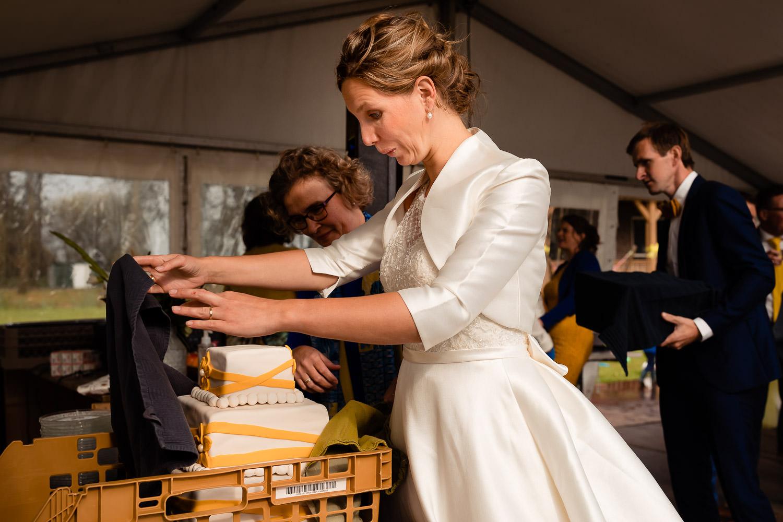 Bruid kijkt verrast naar bruidstaart