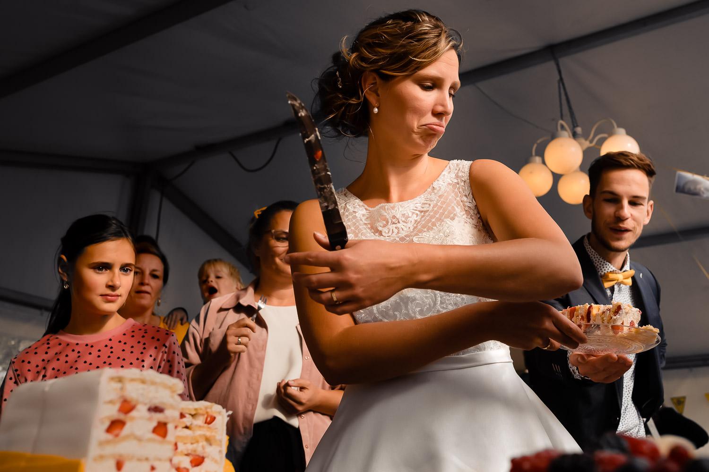 Bruid deelt taart uit