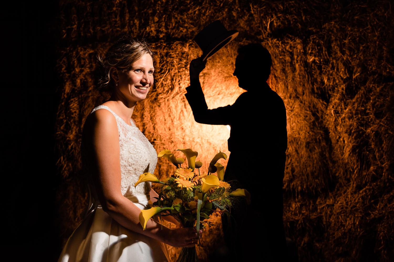 Bruidspaar bij hooibalen