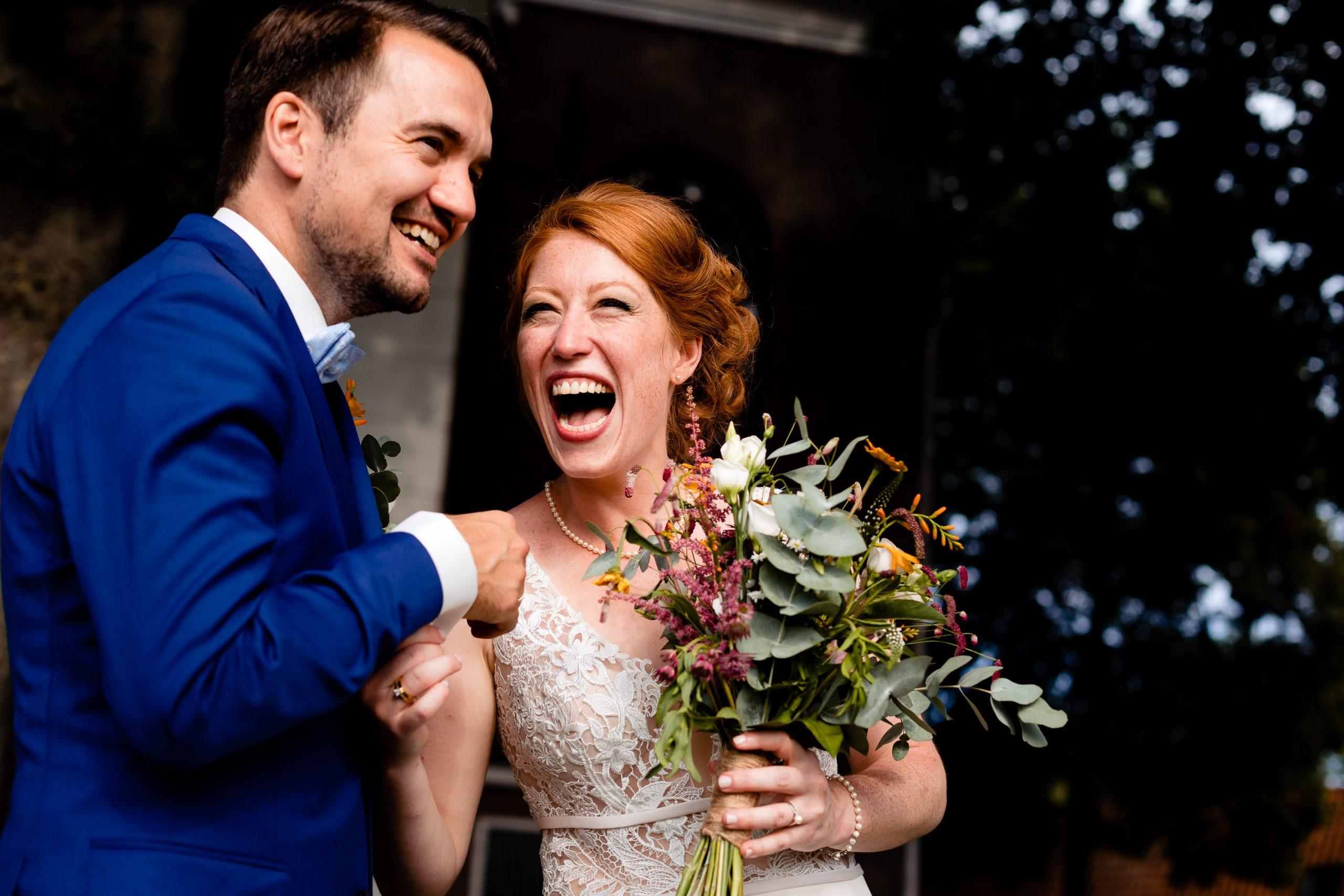 Close-up van een bruidspaar dat hard lacht