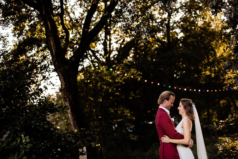 Bruidspaar kijkt elkaar verliefd aan