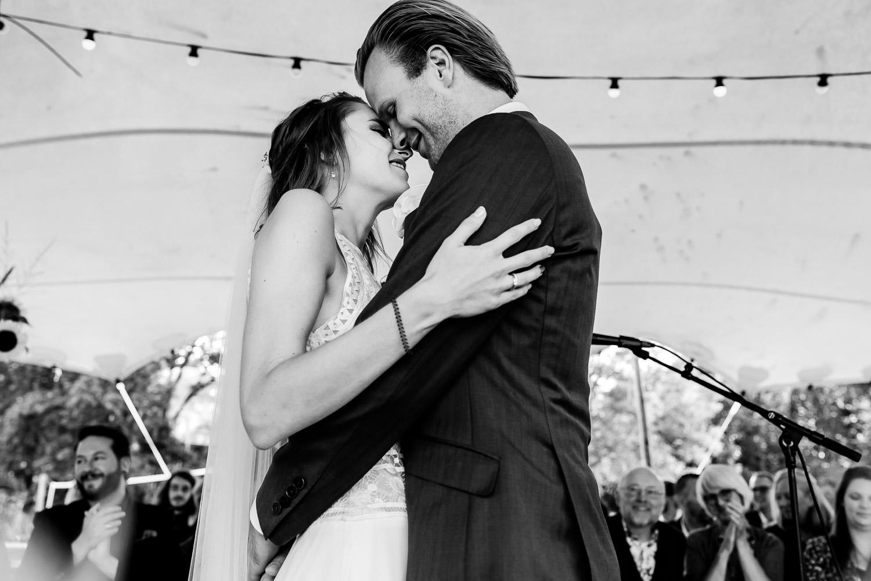 Zwart wit foto van bruidspaar dat dicht bij elkaar staat