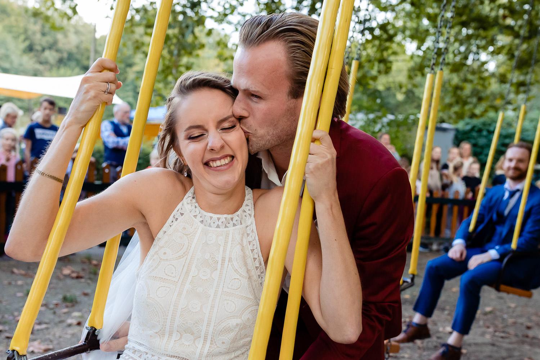 Kussend bruidspaar op een draaimolen