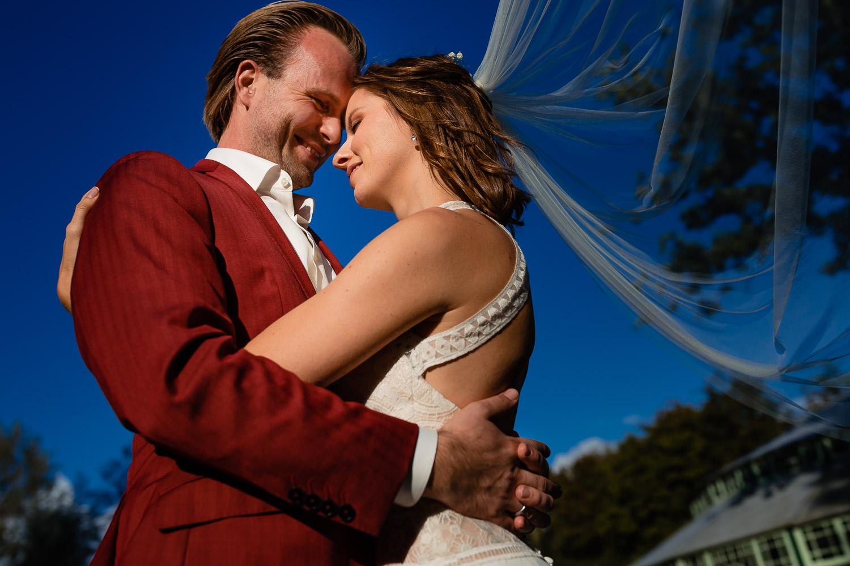 Close-up van een verliefd bruidspaar