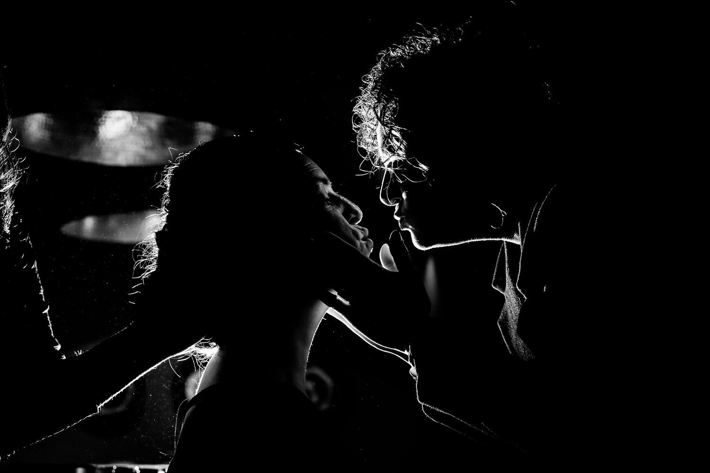 Silhouet van moeder die dochter bijna een kus geeft