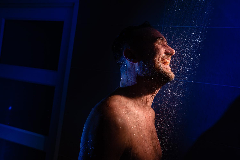 Bruidegom die een douche neemt voordat hij zich aankleedt