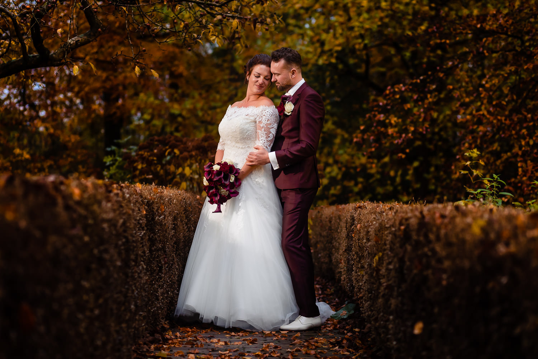 Bruidspaar poseert en staat dicht bij elkaar