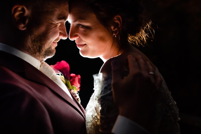 Close-up van een verliefd kijkend bruidspaar