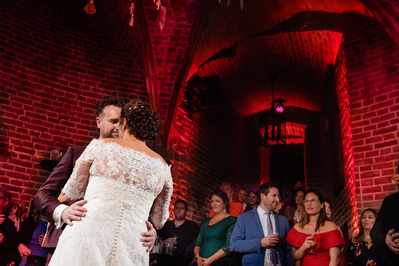 Bruidspaar doet een rustige openingsdans terwijl hun gasten toekijken