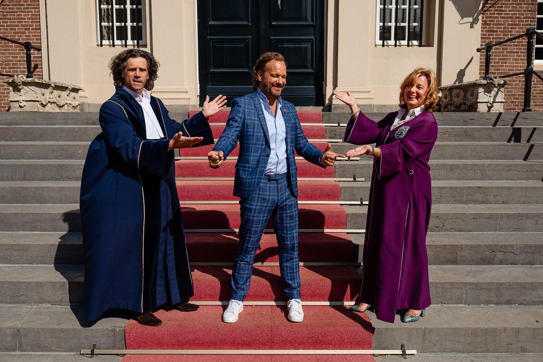 Carlo Boszhard staat tussen trouwambtenaar Marielle Jongmans en Walter Vermeer