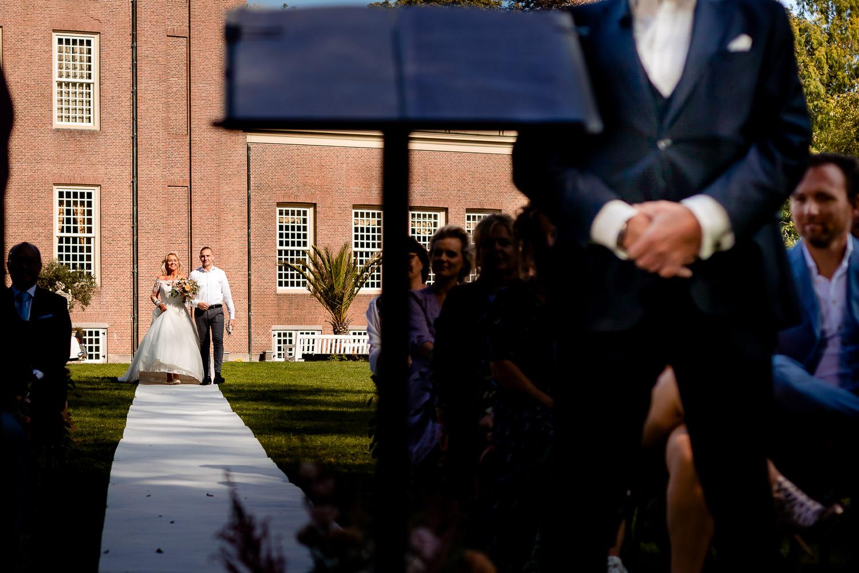 Bruid komt over de witte loper met haar zoon, Married At First Sight