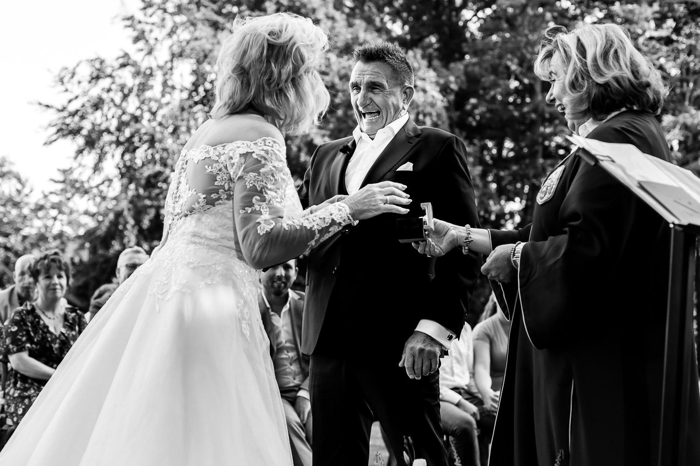 Bruidspaar aan het lachen tijdens de ceremonie van Maried At First Sight