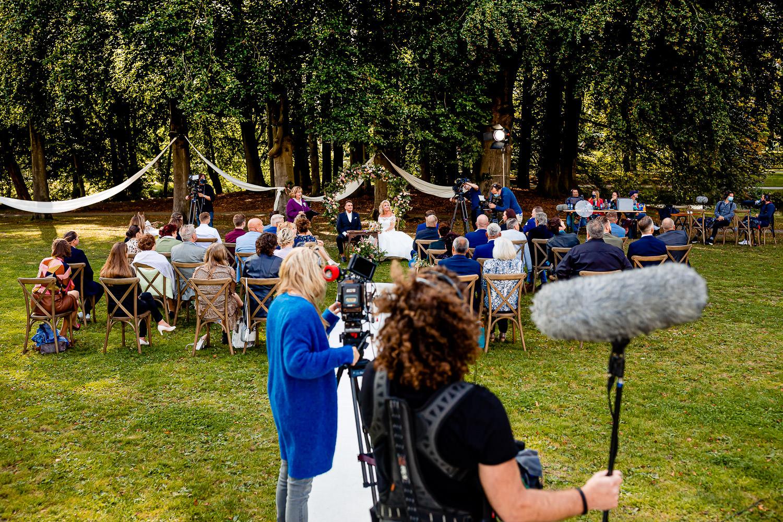 Camera ploeg staat achter de gasten tijdens opnames Maried At First Sight