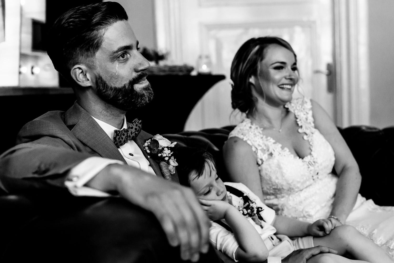 Zwart wit foto van een bruidspaar tijdens de ceremonie en de bruidegom heeft een traan op zijn wang