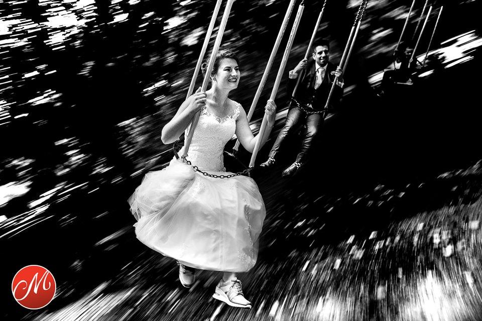 Bruid lachend in Zweefmolen