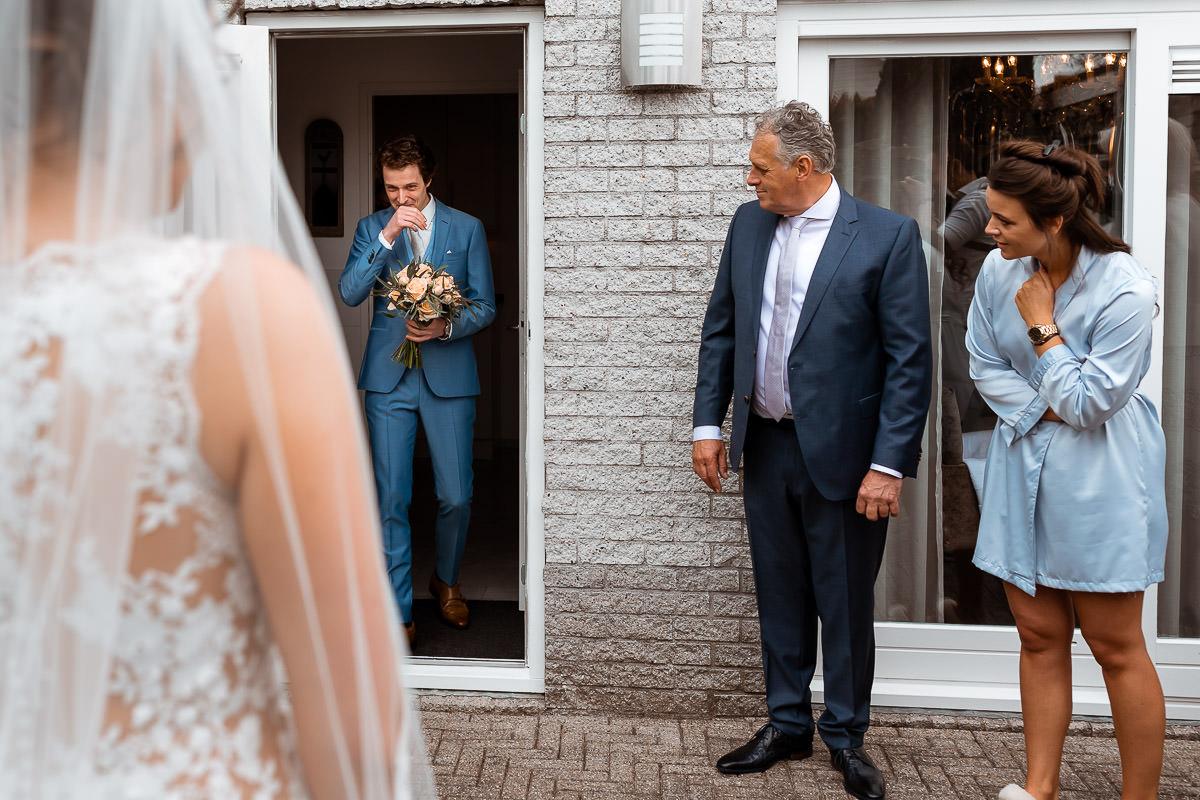 Bruidegom sprakeloos bij het zien van de bruid