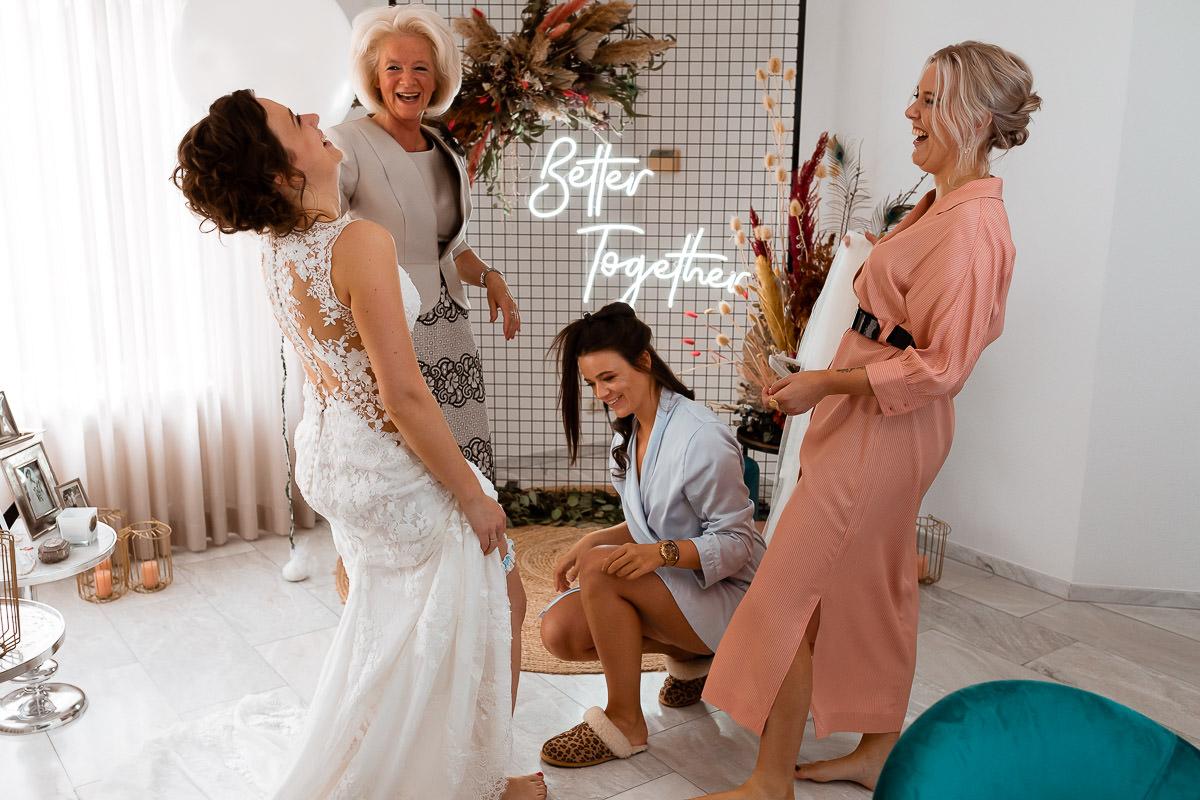 Vriendinnen en bruid lachen