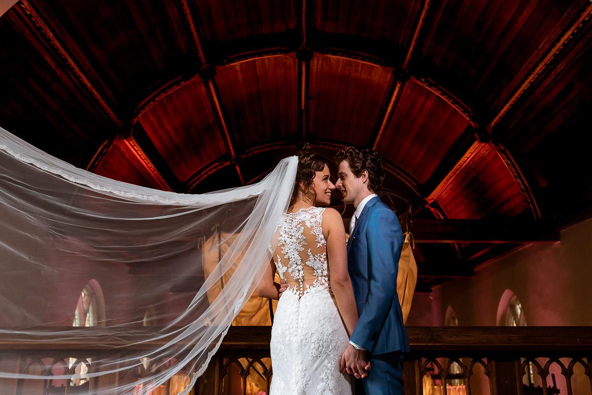 Bruidspaar poseert voor de fotoshoot