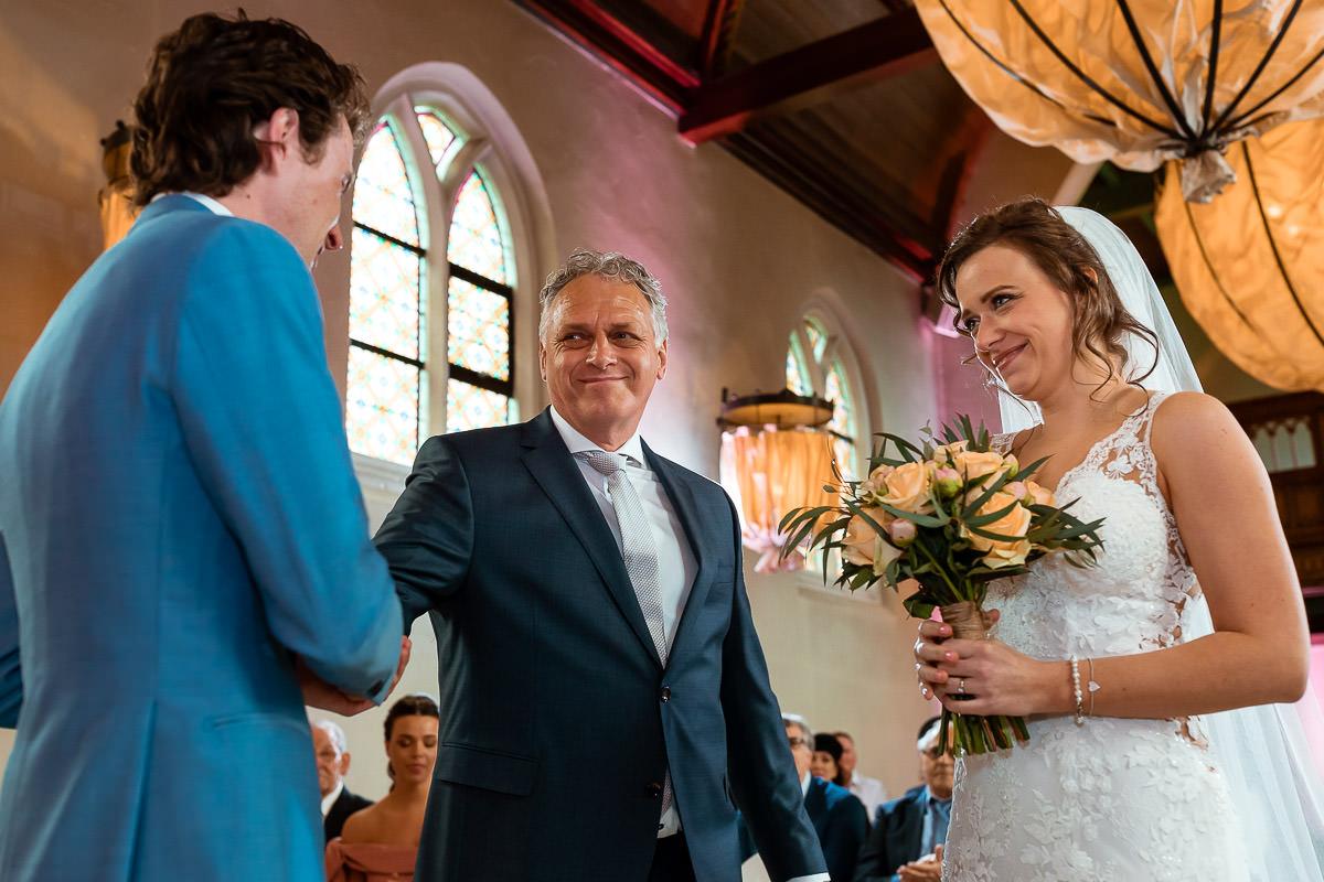 Vader geeft bruid weg aan de bruidegom