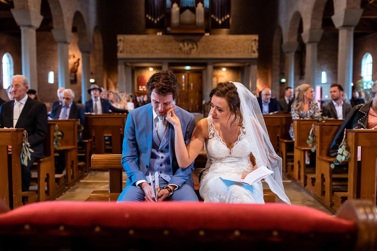 bruid troost bruidegom in de kerk