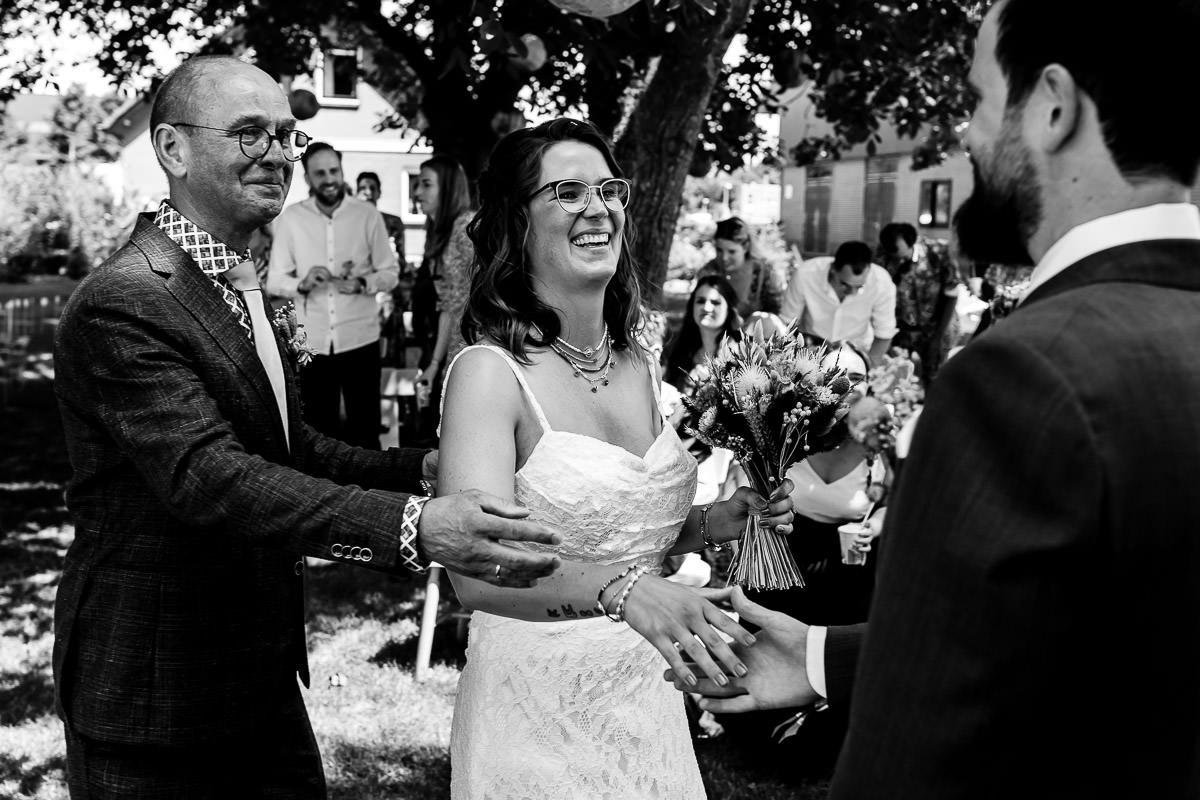 Bruid wordt weggegeven door vader