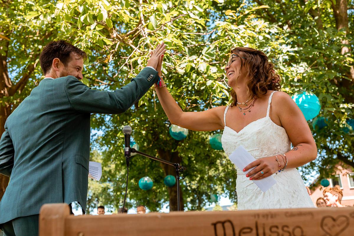 Bruidspaar geeft elkaar high five