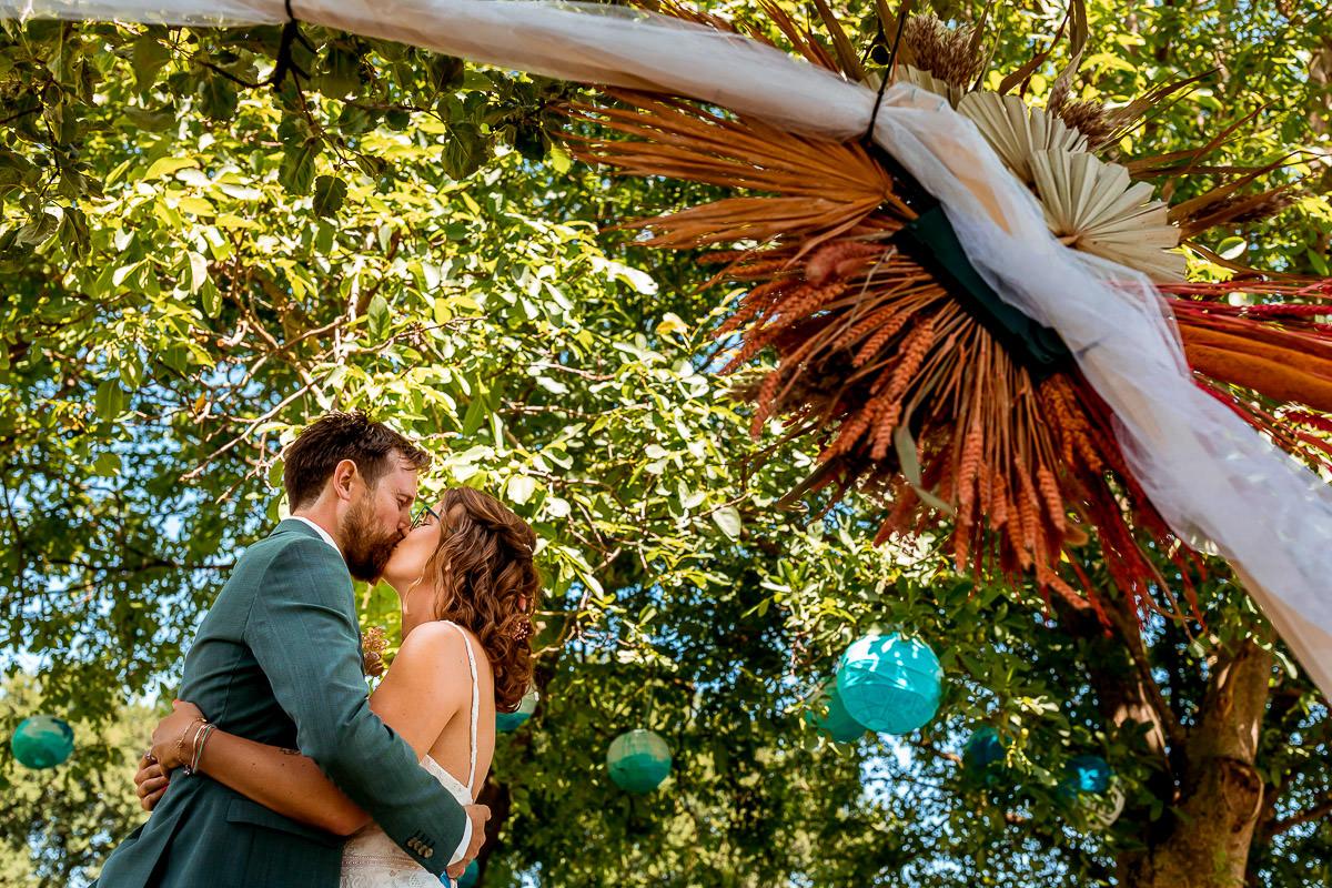 Bruidspaar kust elkaar tijdens de ceremonie