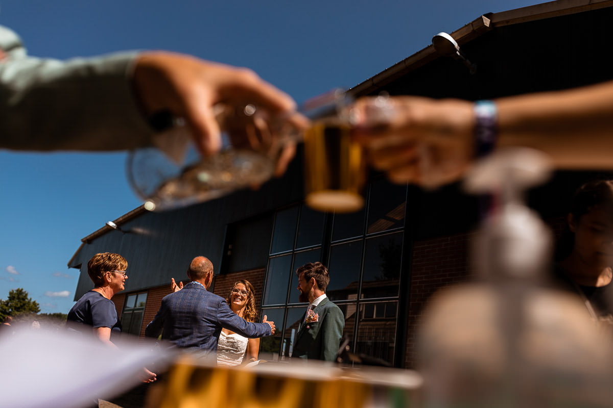 Drank wordt ingeschonken terwijl op de achtergrond de felicitaties zijn