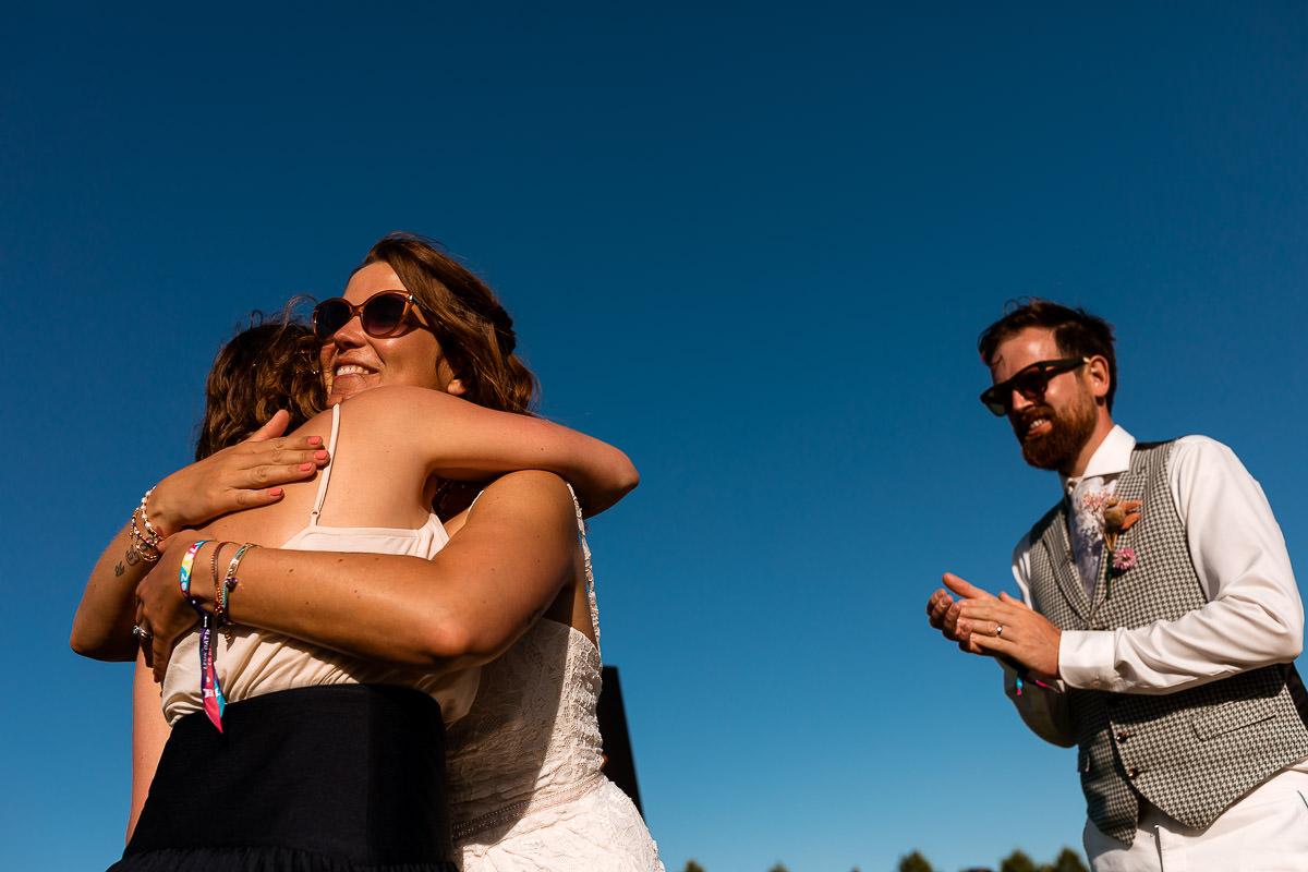 Bruid knuffelt zus